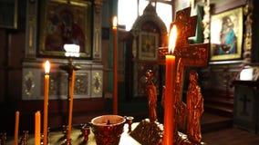 Wideo strzelanina w ruchu Kościelne świeczki, krucyfiks i ikony zakończenie, zbiory wideo