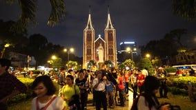 Wideo widok na Notre-Dame katedrze w Ho Chi Minh mieście w Wesoło święto bożęgo narodzenia (Nha Tho Duc półdupki) zbiory wideo