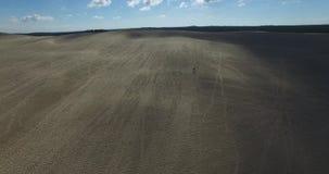 Wideo wielki piaska ocean i diuna Wydmowy Du Pilat w Europa, Arcachon, Francja Odciski stopy na piasku, wideo dla miejsca backgr zbiory