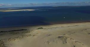 Wideo wielki piaska ocean i diuna Wydmowy Du Pilat w Europa, Arcachon, Francja Odciski stopy na piasku, wideo dla miejsca backgr zdjęcie wideo