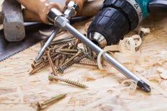 Świder z szalunkiem, śrubokrętami i śrubami, Fotografia Royalty Free