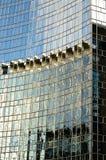 Widergespiegelte abstrakte Bilder in der Glaswand Stockfotografie