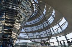 Widergespiegelte Kreuzspulmaschine und achitectural Details von Reichstag-Haube Stockfotografie