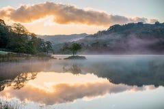 Widergespiegelter Sonnenaufgang auf Rydal-Wasser, im See-Bezirk Stockbilder