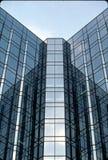 Widergespiegeltes Bürohaus Stockbild