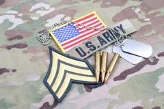 Widerlicher Flecken AMERIKANISCHE ARMEE Sergeants, Flaggenflecken, mit Erkennungsmarke und 5 56 Millimeter-Runden auf Uniform Stockfoto