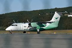 Wideroe pasażerski samolot na terminal Zdjęcie Stock