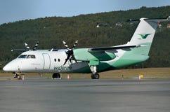 Wideroe pasażerski samolot na terminal Zdjęcia Royalty Free