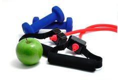 Widerstand-Band, blaue Gewichte und grüner Apple Lizenzfreie Stockfotos