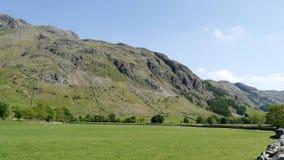 Widescreen sikt till Raven Crag, stora Langdale royaltyfria foton