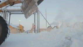 Wideshot ekskawatoru wiadra uwolnienie śnieg w biegunie północnym zdjęcie wideo