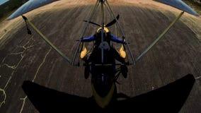 Wideshot från flygplan av landning för hängningglidflygplan arkivfilmer