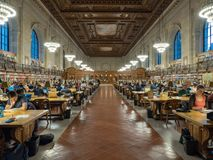 Wideview av beskyddare som studerar i Rose Reading Room i NYPL Royaltyfri Foto