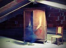 Widmowy duch w duchu który rusza się blisko starej garderoby w obrazy royalty free