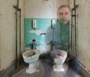 Widmowy mężczyzna na toalecie w trans Szaleńczym azylu obraz royalty free