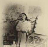 Widmowy monochromatyczny wizerunek kobieta przed krwionośnym splatter zdjęcia royalty free