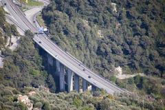 Widoków Z Lotu Ptaka samochodów ruch drogowy Na autostrada moście Z filarami I autostrady wyjściem obraz stock