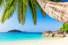 Widok ładna tropikalna plaża zdjęcia royalty free