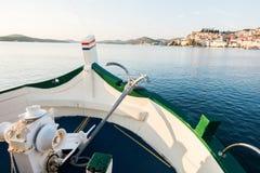 Widok łódź, statku łęk z tradycyjną kotwicą, śródziemnomorski stary historyczny miasto w tle Zdjęcie Stock