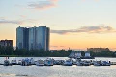 Widok łódkowaty molo na obrzeżach St Petersburg przy zmierzchem Obrazy Royalty Free
