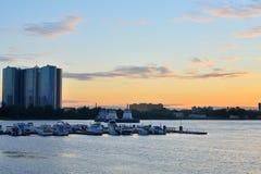Widok łódkowaty molo na obrzeżach St Petersburg przy zmierzchem Zdjęcia Stock
