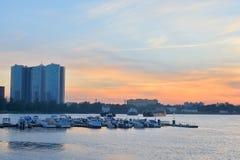 Widok łódkowaty molo na obrzeżach St Petersburg przy zmierzchem Obrazy Stock