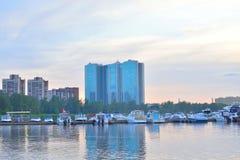 Widok łódkowaty molo na obrzeżach St Petersburg przy zmierzchem Zdjęcie Stock
