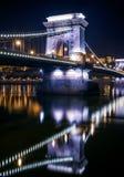 Widok Łańcuszkowy most w Budapest, Węgry, przy nocą Zdjęcie Royalty Free