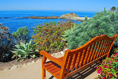 Widok ławka przegapia skarb wyspy plażę below Fotografia Royalty Free