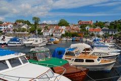 Widok łodzie wiązał przy schronieniem w Frogn, Norwegia obraz stock