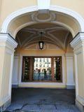 Widok łuk Gostiny Dvor i gablota wystawowa zdjęcia royalty free