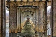 Widok łuki spod starego mosta krzyżuje rzekę zdjęcie royalty free