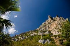 Widok ściany i wierza Świątobliwy Hilarion kasztel, Północny Cypr zdjęcie stock
