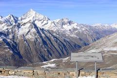widok śnieżne góry na jasnym słonecznym dniu od gornergrat, Swi zdjęcie stock