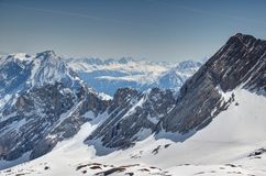 Widok śnieżni Stubai Alps w Austria od Zugspitzplatt Niemcy obraz royalty free