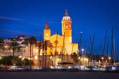 Widok Śródziemnomorska miejscowość wypoczynkowa z kościół przy zmierzchem Zdjęcia Royalty Free