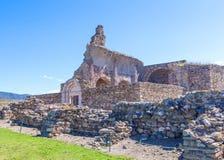 Widok średniowieczny forteca w różach zdjęcia royalty free