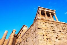 Widok świątynia Athena Nike przy Propylaea wejściową bramą, Ateny, Grecja przeciw niebieskiemu niebu zdjęcie royalty free
