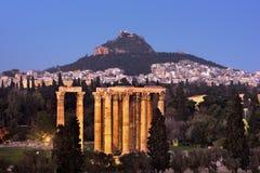 Widok świątynia Olimpijski Zeus i góra Lycabettus w zdjęcia royalty free