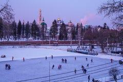 Widok świątynie i Kremlowski Sergiev Posada i lodowisko obraz royalty free