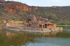 Widok świątynny kompleks i Agastya jezioro świątyni 1, Bootnatha lub Bhutanatha, Badami, Karnataka Zdjęcie Stock