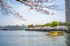Widok żółta turystyczna łódź w rzece i most od Zdjęcia Royalty Free