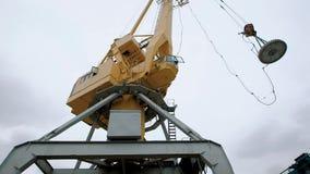 Widok żółty żuraw w trakcie pracy na przetwarzać manufactory zbiory wideo