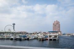 Widok Abu Dhabi miasta Marina centrum handlowego, Marina oko sławny, koło i Fairmont Marina siedziby przeciw chmurnemu niebu zdjęcie royalty free