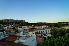 Widok akropol od Monasteraki kwadrata przez starych grodzkich sąsiedztwo budynków Obraz Stock
