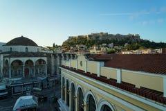 Widok akropol od Monastiraki staci metru przez starych grodzkich budynków i Tsisdarakis meczetu, Ateny Obraz Stock