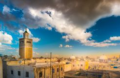 Widok al meczet i linia horyzontu Tunis przy świtem Fotografia Stock