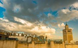 Widok al meczet i linia horyzontu Tunis przy świtem Zdjęcie Stock