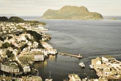 Widok Alesund i Norweski morze ilustracyjny lelui czerwieni stylu rocznik Norwegia Zdjęcie Stock