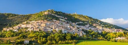 Widok Alvito, Ciociaria, od doliny przy zmierzchem Obrazy Royalty Free